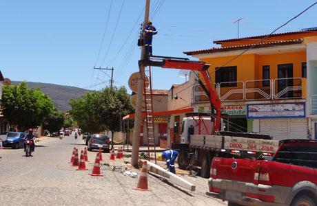 Brumado: Coelba substitui poste que continua no meio da Rua, na Praça Heráclito Cardoso