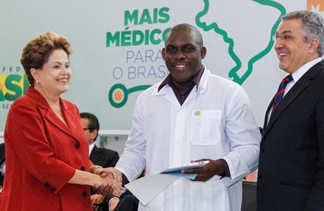 Dilma sanciona lei do Mais Médicos em cerimônia no Planalto