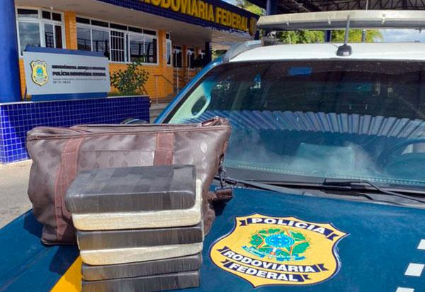 PRF prende mulher com cocaína dentro de ônibus em Conquista (BA)