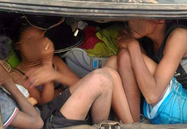 Sem CNH, homem é flagrado conduzindo veículo com 16 passageiros; três crianças eram transportadas no porta-malas