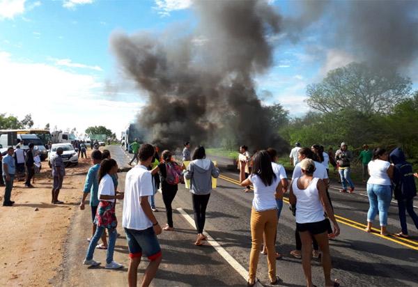 Anagé: Pais e alunos realizam protesto na BA-262 após acidente que tirou a vida de estudante
