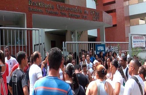Salvador: Grupo de estudantes caminha para lembrar morte de Charles Muller