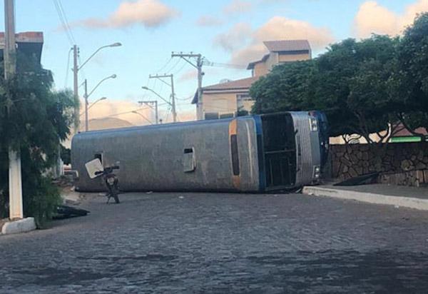 Ituaçu: ônibus com 37 romeiros tomba em rua da cidade