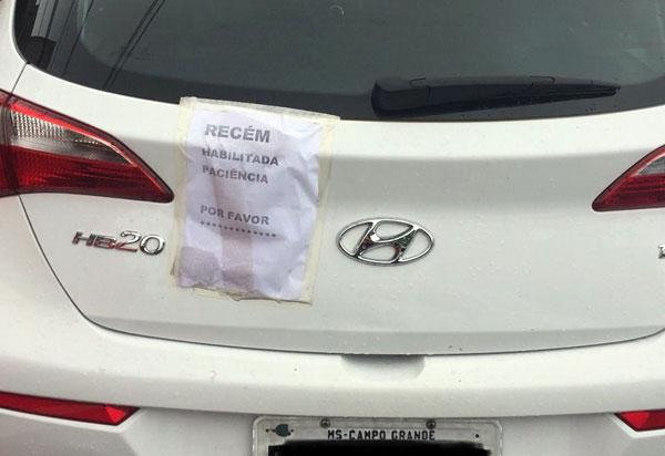 Estudante recém-habilitada pede em bilhete colado ao carro paciência a motoristas  em Campo Grande