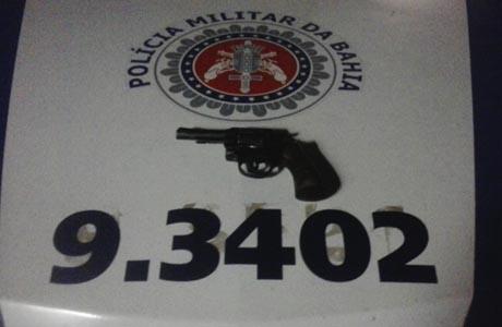 POLÍCIA MILITAR DE ARACATU APREENDE ARMA DE FOGO
