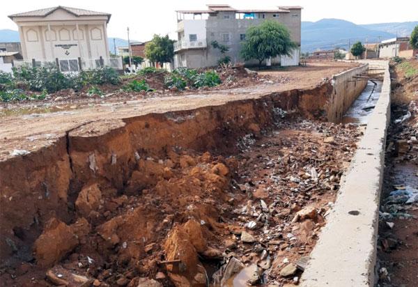 Muro de canal do Riacho do Bate Pé cai após chuvas em Brumado