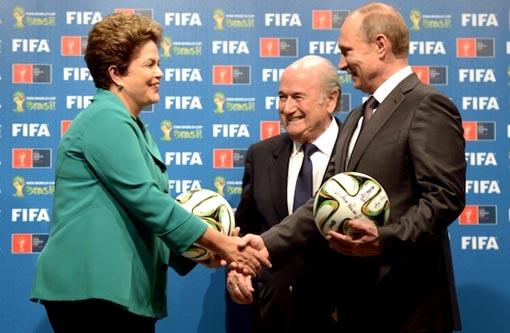 Copa no Brasil foi um sucesso, diz Blatter ao passar sede à Rússia