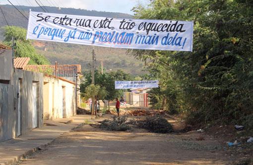 Brumado: Rua Albertino Marques Barreto é interditada novamente pelos moradores