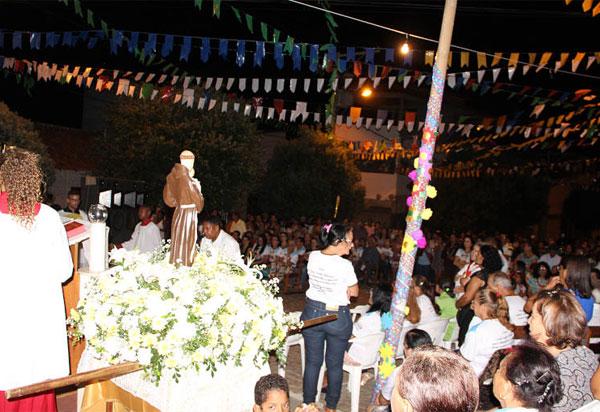 Fiéis celebram a festa de Santo Antônio em Brumado