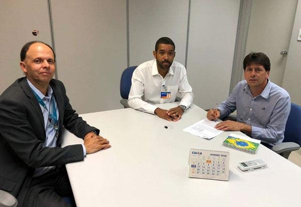 Aracatu: Sérgio Maia assinou o convênio para execução da obra de pavimentação no valor de R$ 400 mil