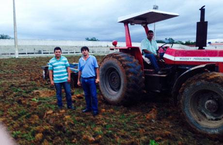 Prefeitura de Aracatu inicia recuperação do gramado do estádio Libério Alves Maia