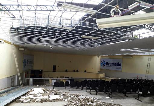 Câmara de Vereadores de Brumado inicia reforma do teto da plenária e recepção