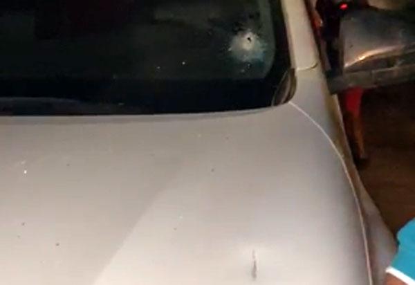 Carro de ex-prefeito de Ituaçu é alvejado com tiro durante evento de pré-campanha
