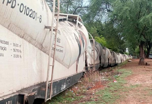 Trem descarrila em área residencial de Brumado