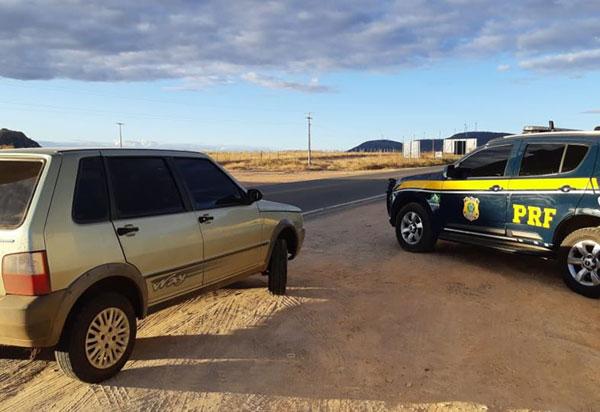Fiat UNO Mille roubado há quase 4 anos é recuperado pela PRF na BR 030 em Guanambi (BA)