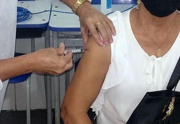 Brumado vacina nesta terça (04) profissionais da educação com 58 anos e mais e pacientes com doenças crônicas com 59 anos e mais