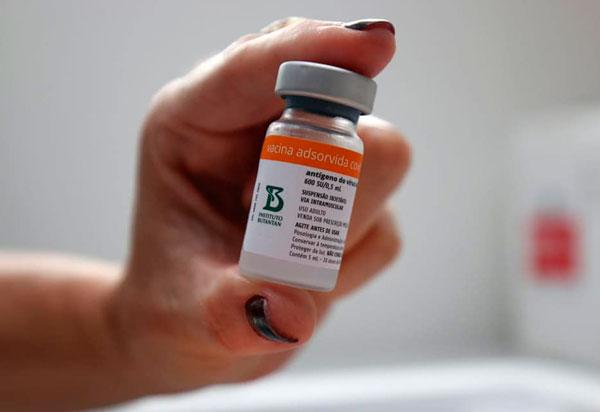 Brumado vacina nesta quinta (06) profissionais da educação com 55 anos e mais e pacientes com doenças crônicas com 56 anos e mais