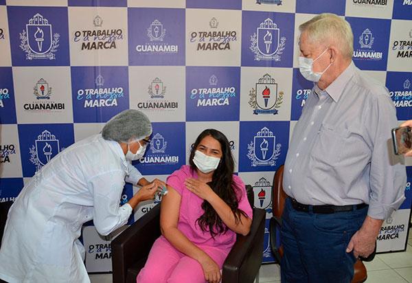 Guanambi: Técnica de Enfermagem foi a primeira vacinada com a primeira dose da vacina Coronavac