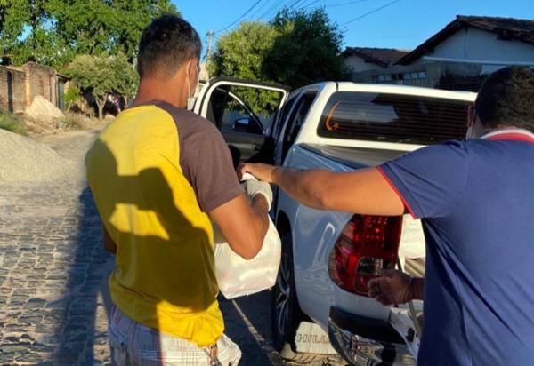 Coronavírus: Empresário Beto Mota e seu filho Vagner Mota fazem doações de cestas básicas em Brumado