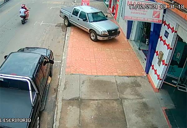 Brumado: Carro desgovernado quase provoca grave acidente na Avenida Antônio Mourão Guimarães